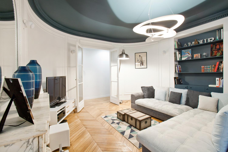 salon rond plafond bleu parquet pointe de hongrie ancien