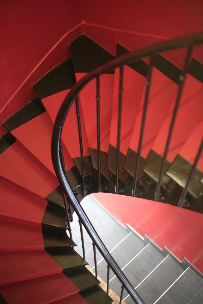 Escalier rouge et métal