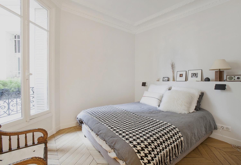 Chambre avec tête de lit sur mesure