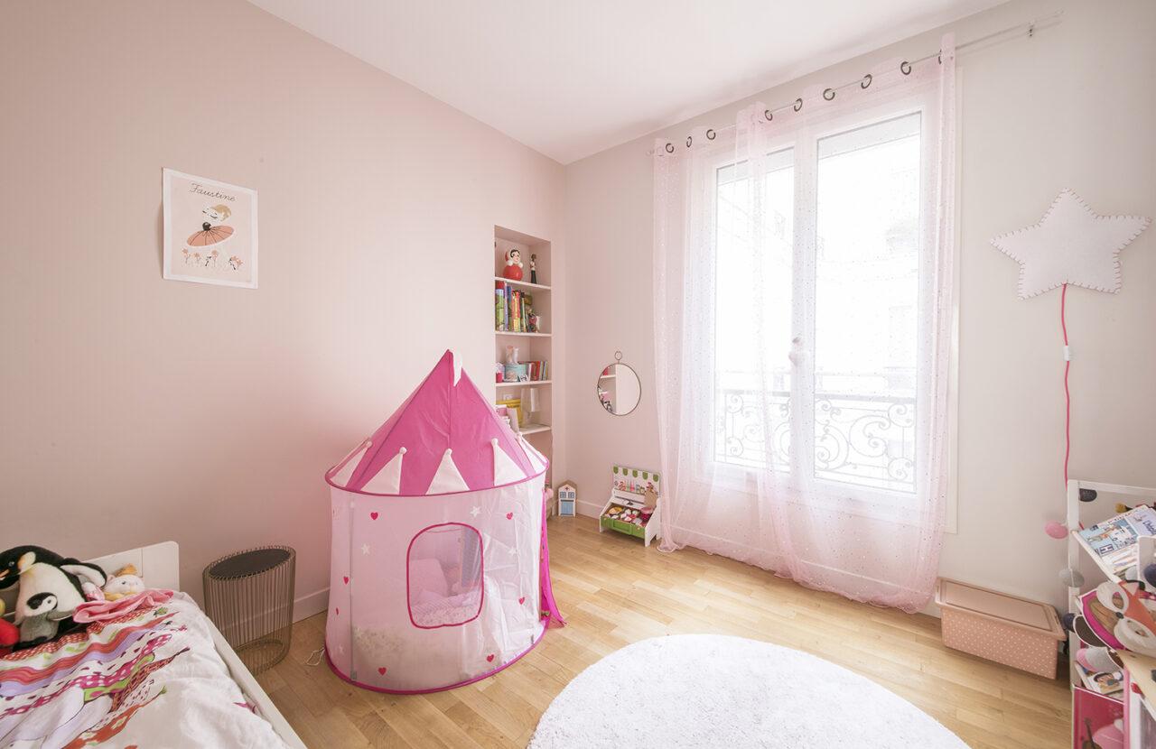 Chambre fille peinture rose parquet chene