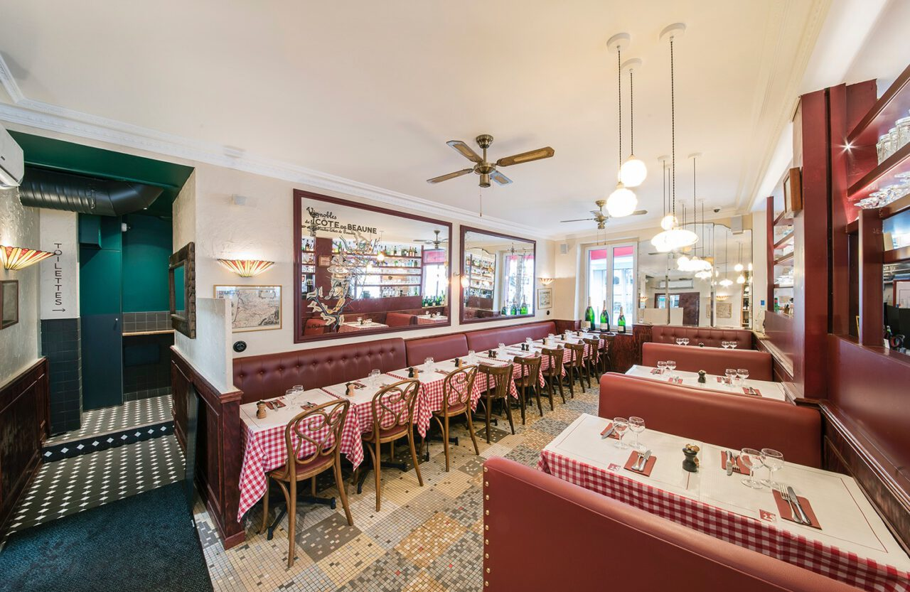 salle de restaurant bistrot banquette rouge