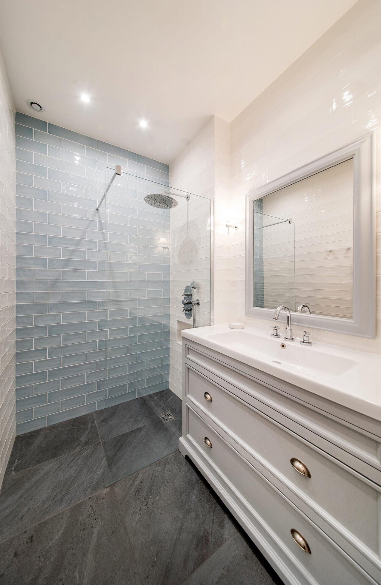 salle de bain sur mesure retro blanc bleu