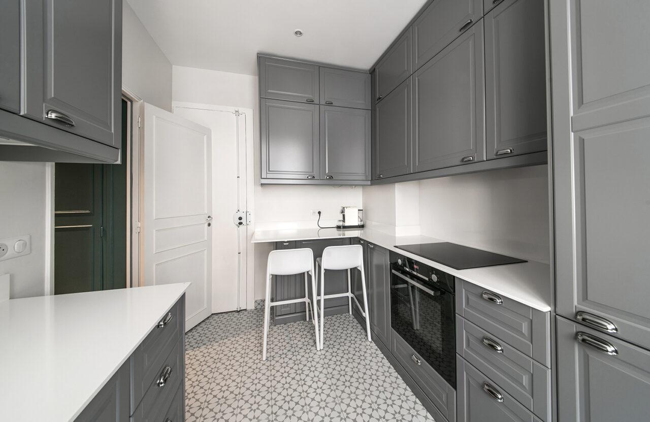 cuisine independante sur mesure grise quartz blanc