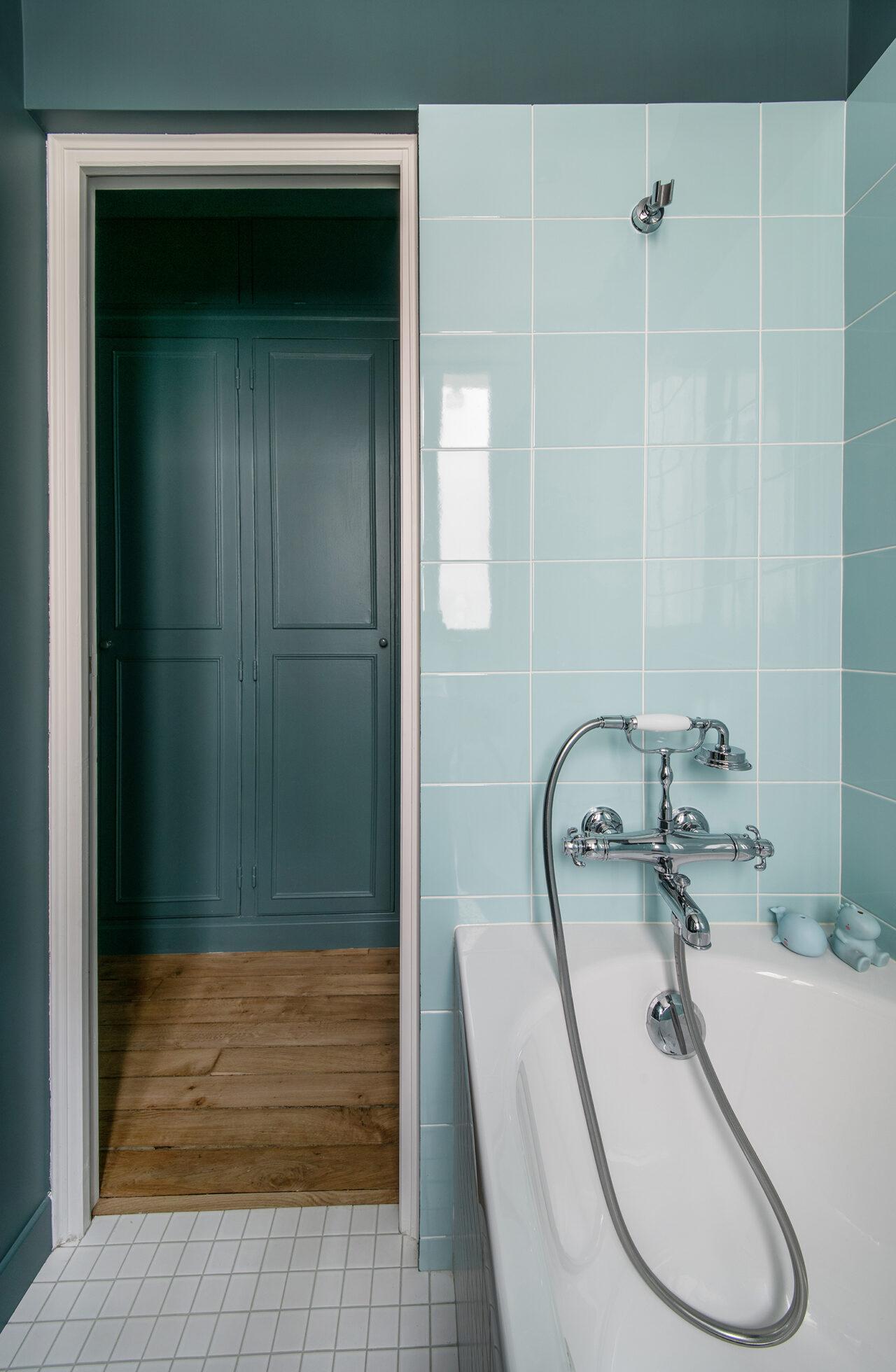 salle de bain bleu sur mesure robinet ancien