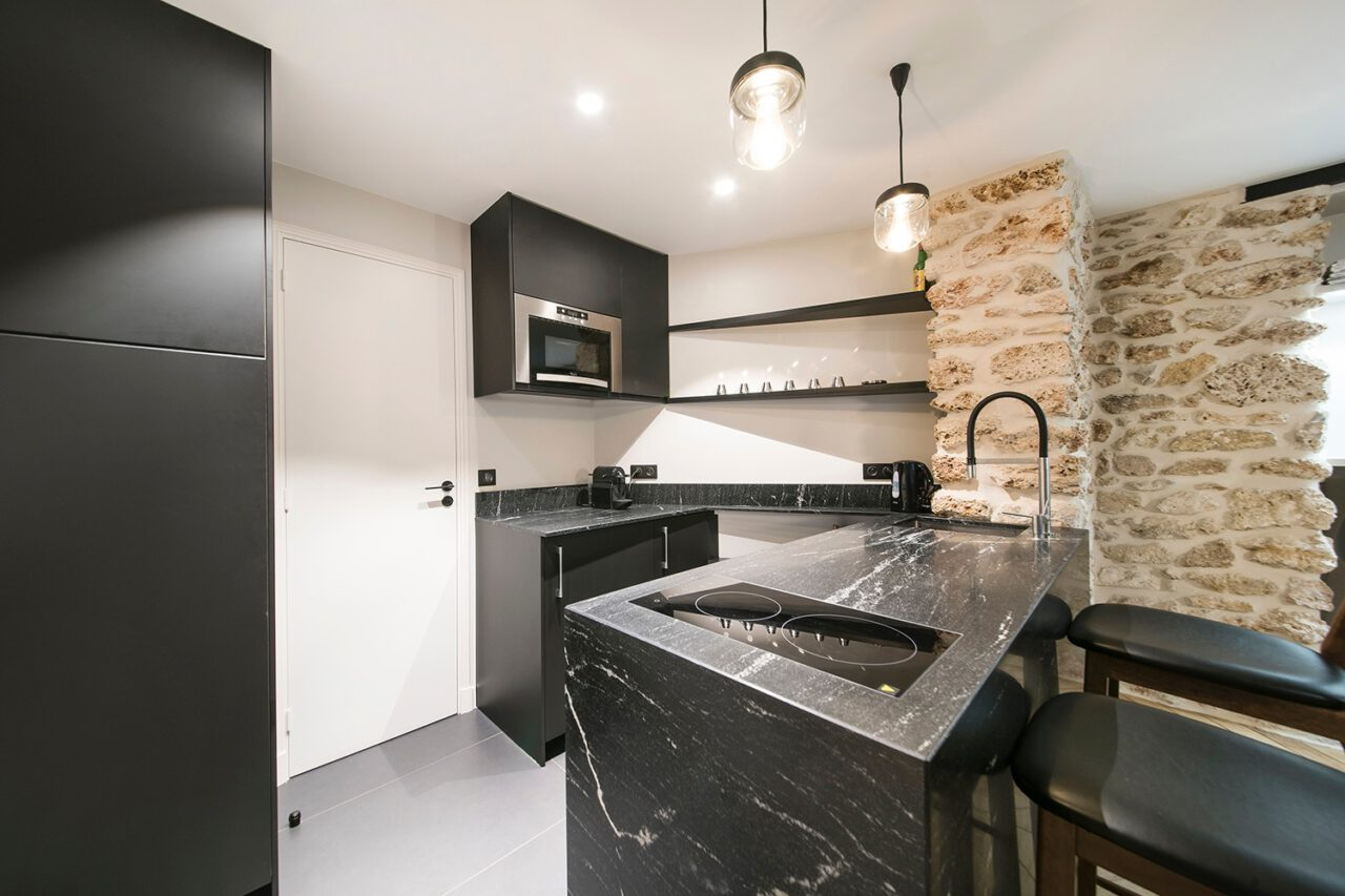 mur pierre kitchenette noir blanc