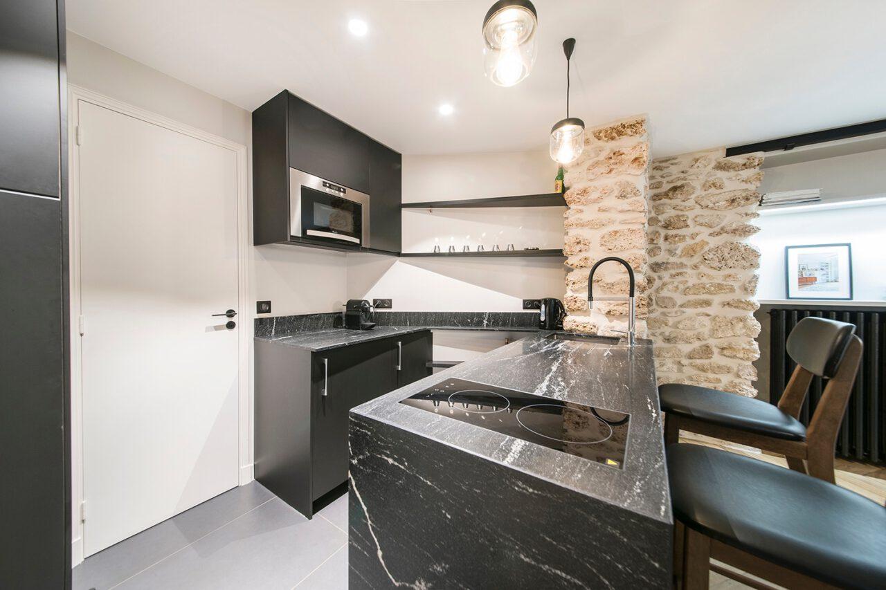 cuisine ouverte bar ilot plan marbre noir blanc