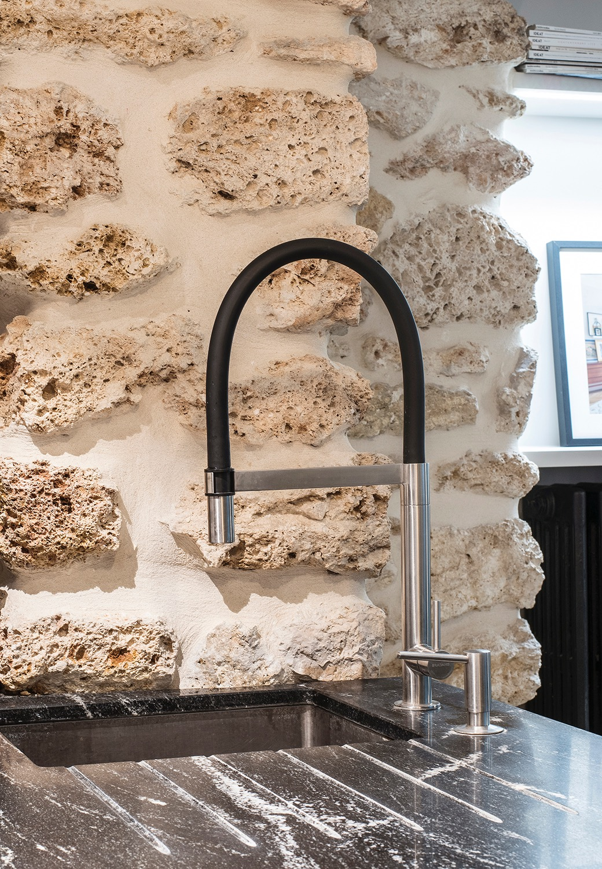 mur pierre plan de travail marbre noir blanc robinet noir inox