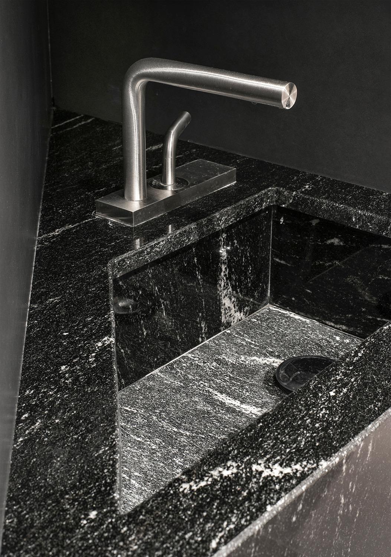 robinet inox marbre noir blanc carrelage noir